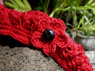 Five_petal_crocheted_flower_on_cap_view_