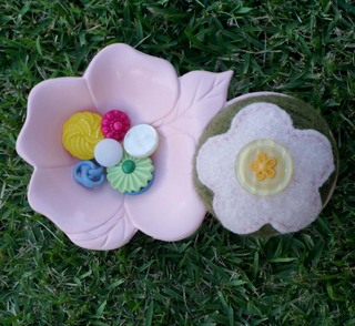 Pink_and_green_pincushion_and_button_cad
