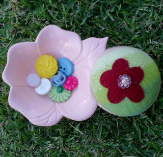 Red_and_green_pincushion_with_button_cad