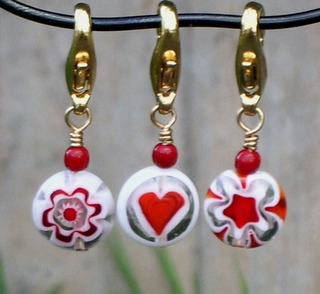 Red_and_white_crochet_stitch_markers_set_1