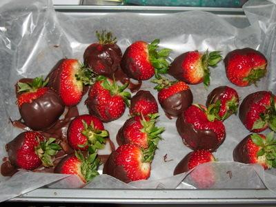 Strawberries_and_crocheted_mushroom_4170